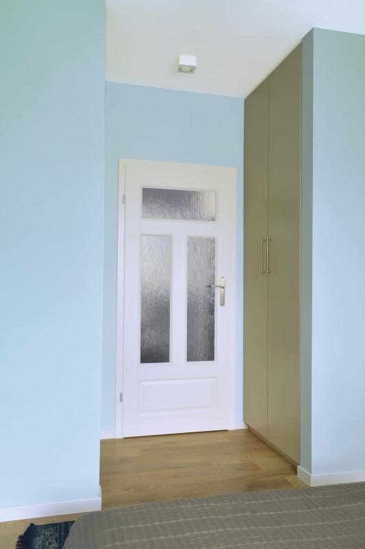 Białe drzwi z przeszkleniami