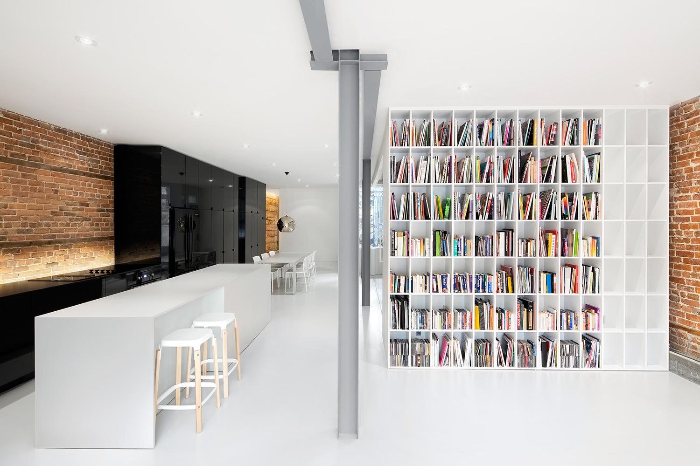 Minimalistyczny apartament z biblioteczką