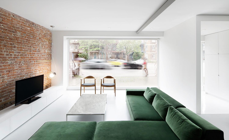 Minimalistyczne mieszkanie z ceglaną ścianą