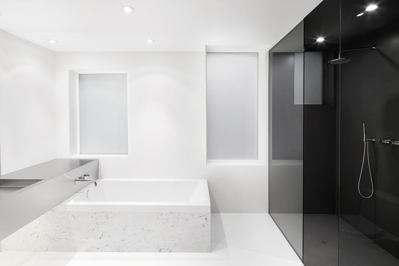 Biało-czarna łazienka w stylu minimalistycznym