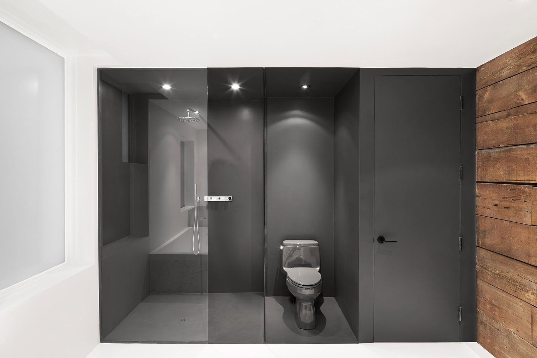 Czarno-biała łazienka z odrobiną drewna