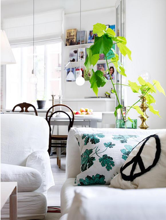 Styl skandynawski - biały salon z roślinami