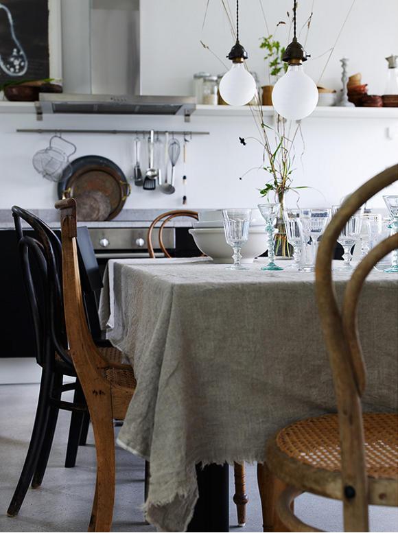 Klasyczna kuchnia w stylu skandynawskim z giętymi krzesłami Thonet