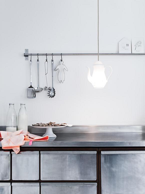 Stal i cement w kuchni jest surowa, ale wnętrze rozświetla lampka w kształcie imbryka