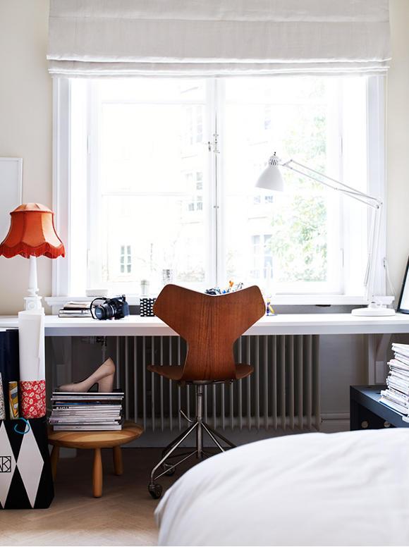 Biurko przy oknie z ciekawymi lampkami