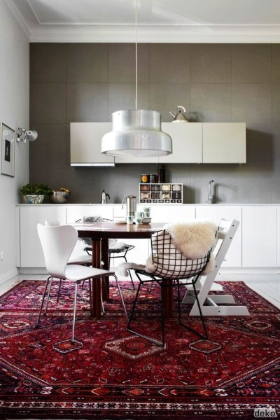 biała kuchnia z dywanem