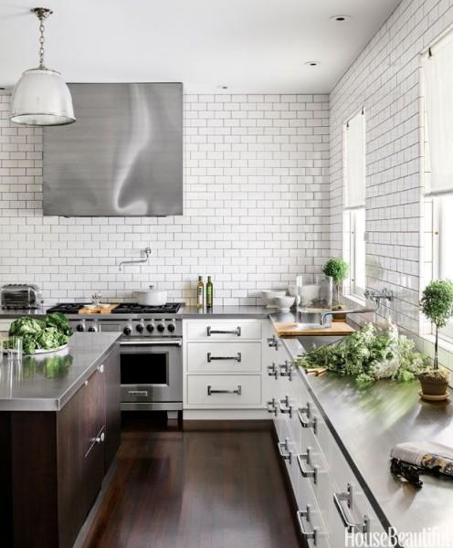 Biała kuchnia z dużymi uchwytami