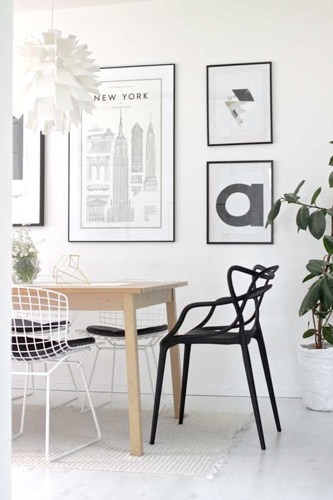 Drewniany stół i metalowe krzesła