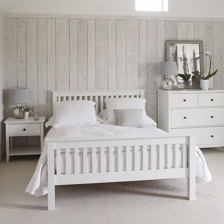 Skandynawska sypialnia z białymi meblami