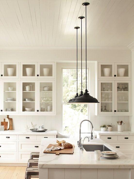 biała kuchnia z przeszkleniami