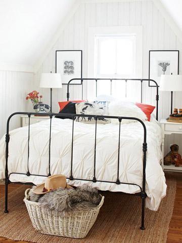 biała sypialnia z metalowym łóżkiem