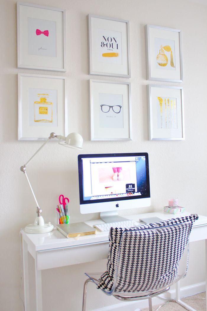 białe biurko i monitor