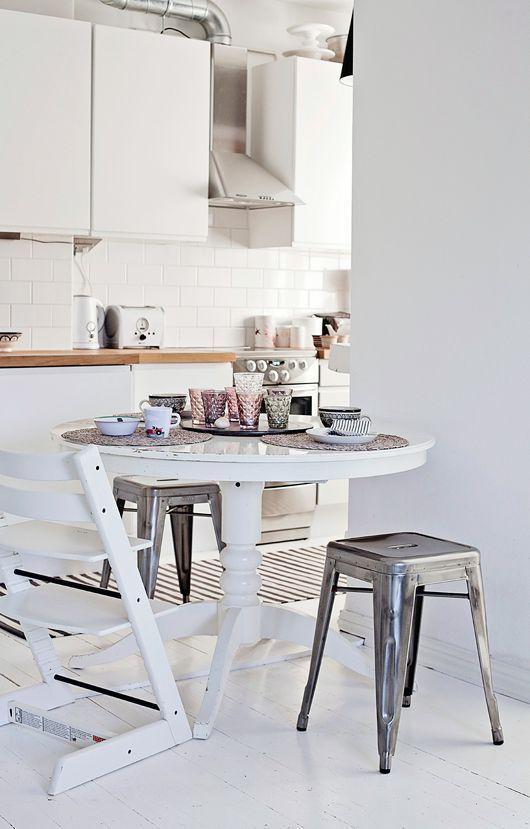 biały stół na jednej nodze