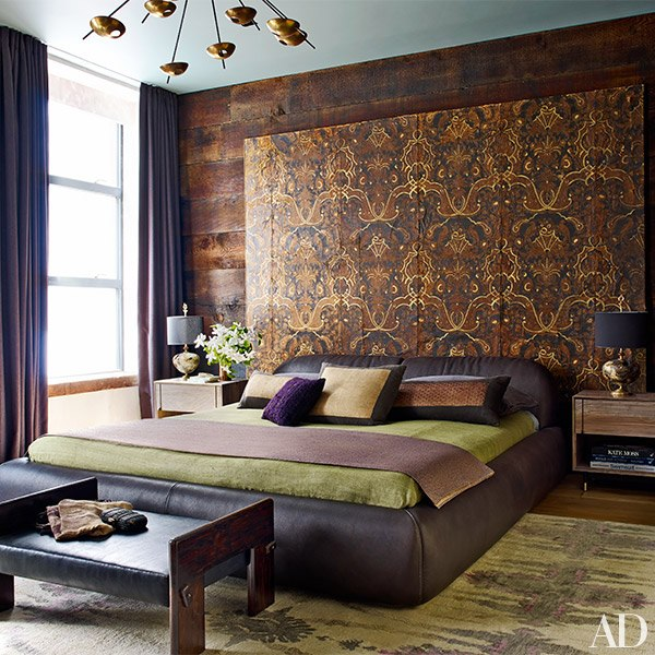 sYpialnia ze ścianą z drewna