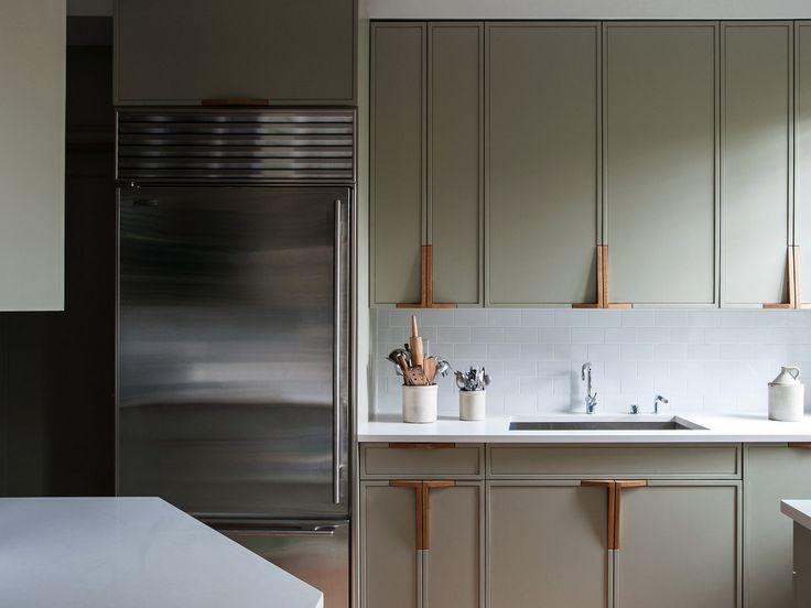 minimalistyczne, pionowe szafki kuchenne
