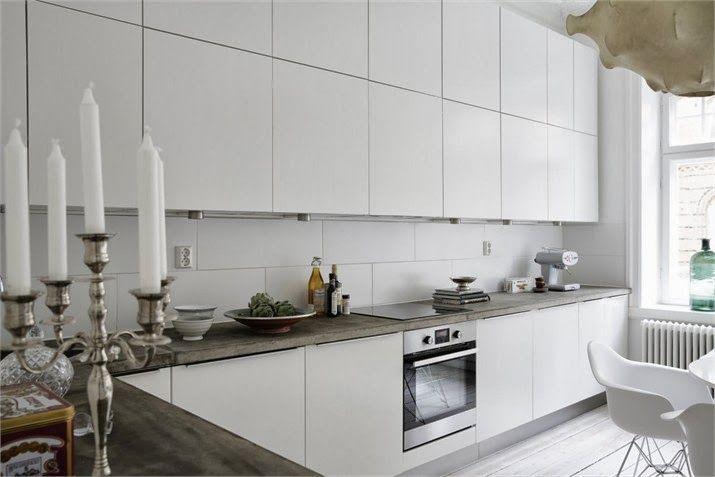 płyta elektryczna w nowoczesnej białej kuchni