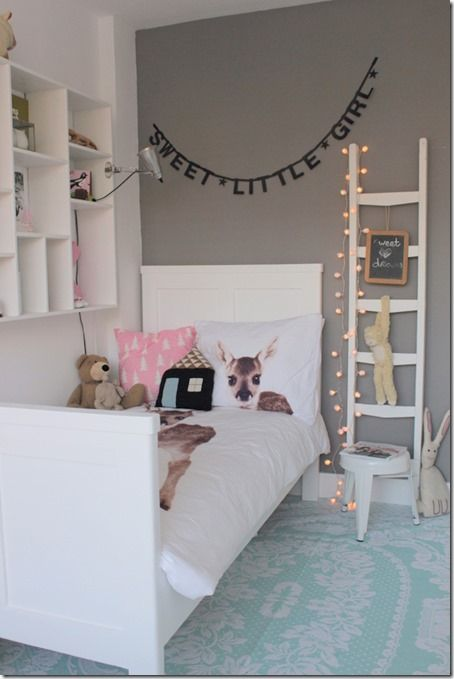 pokój dziewczynki z białym łóżkiem