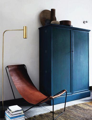 złota lampa przy fotelu