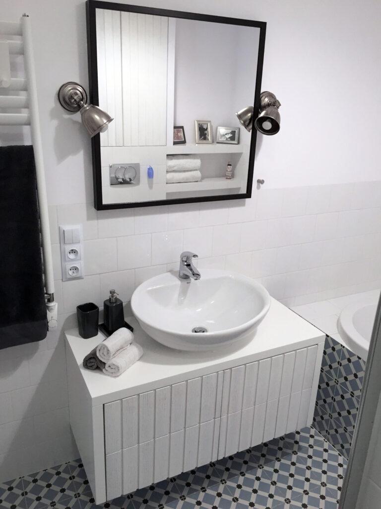 Umywalka nablatowa  z białą szafką