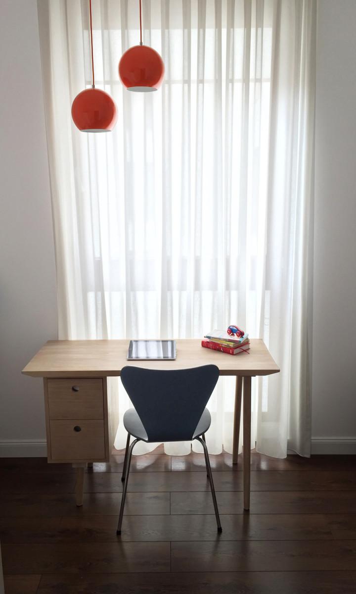 Jasne, drewniane biurko do nauki