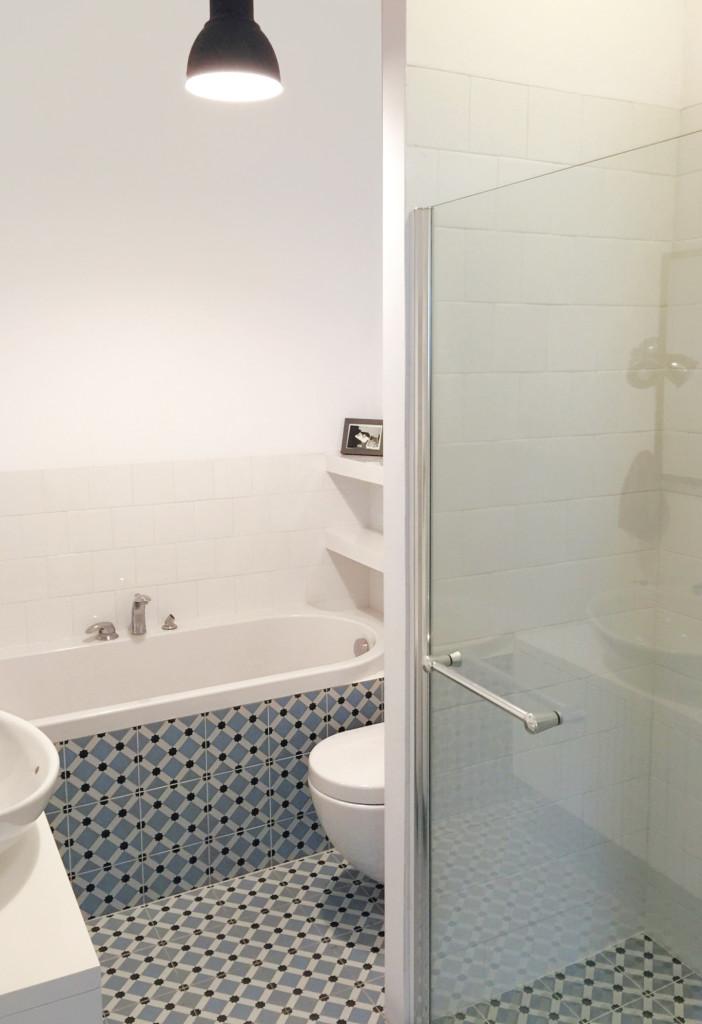 Łazienka z prysznicem i wanną w marokańskich kafelkach