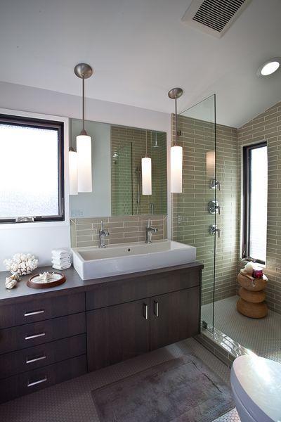 łazienka z wiszącymi lampkami przy lustrze