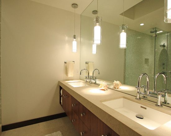 łazienka z wiszącymi lampkami