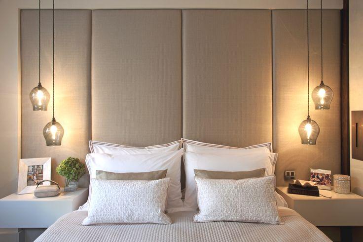 sypialnia z lampami wiszącymi