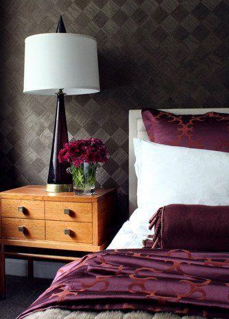 ciemna tapeta w sypialni