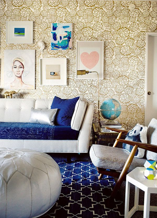 kobiecy salon ze złotą tapetą