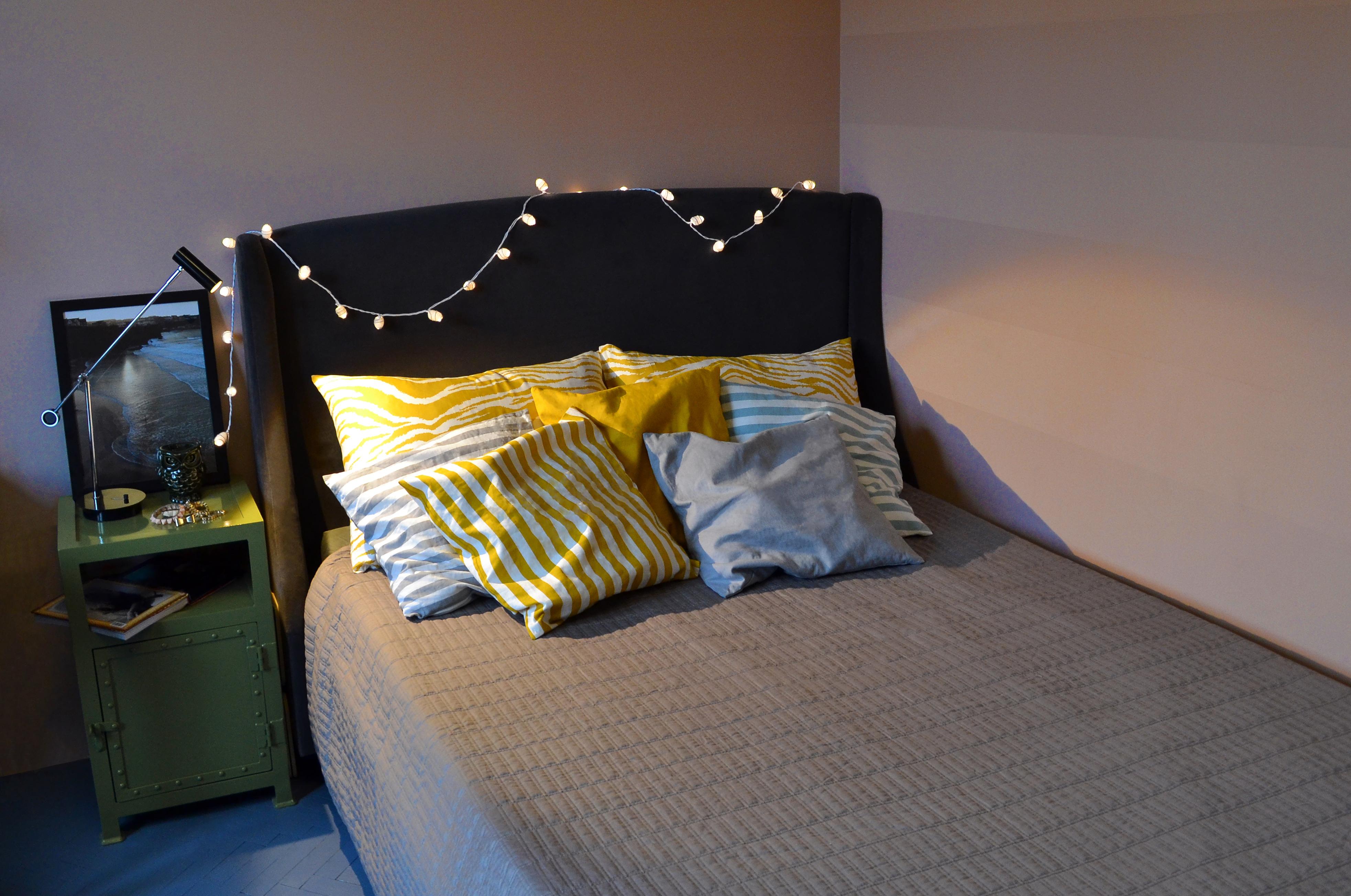 tapicerowane łóżko i poduszki