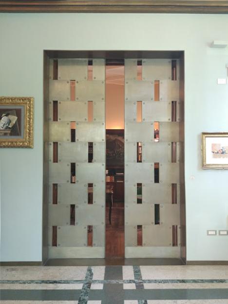 Masywne drzwi w stylu art deco