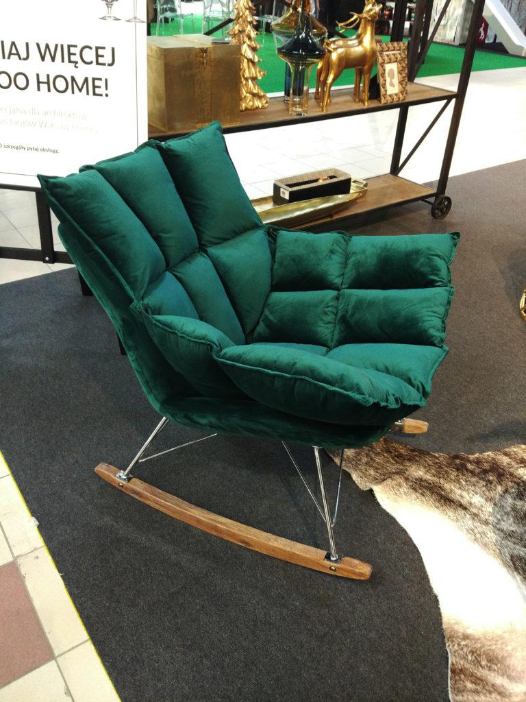 fotel w zielonym welurze
