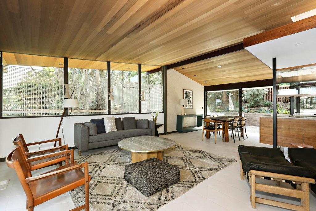 salon z drewnianym sufitem
