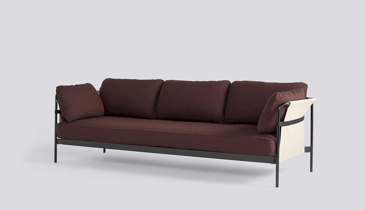 sofa z czarną ramą